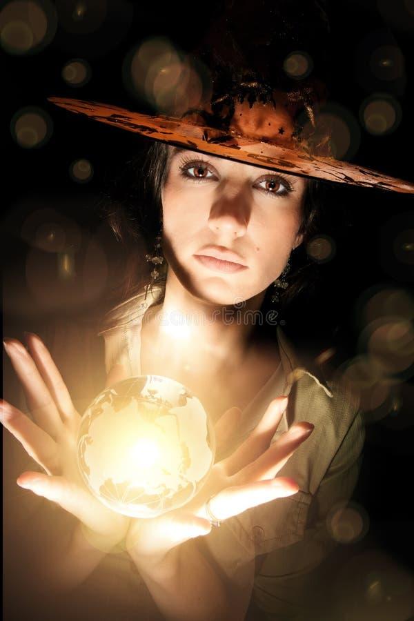 Hexe mit Kristallkugel lizenzfreie stockbilder