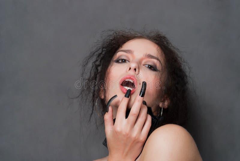 Hexe mit schwarzen Nägeln lizenzfreies stockbild