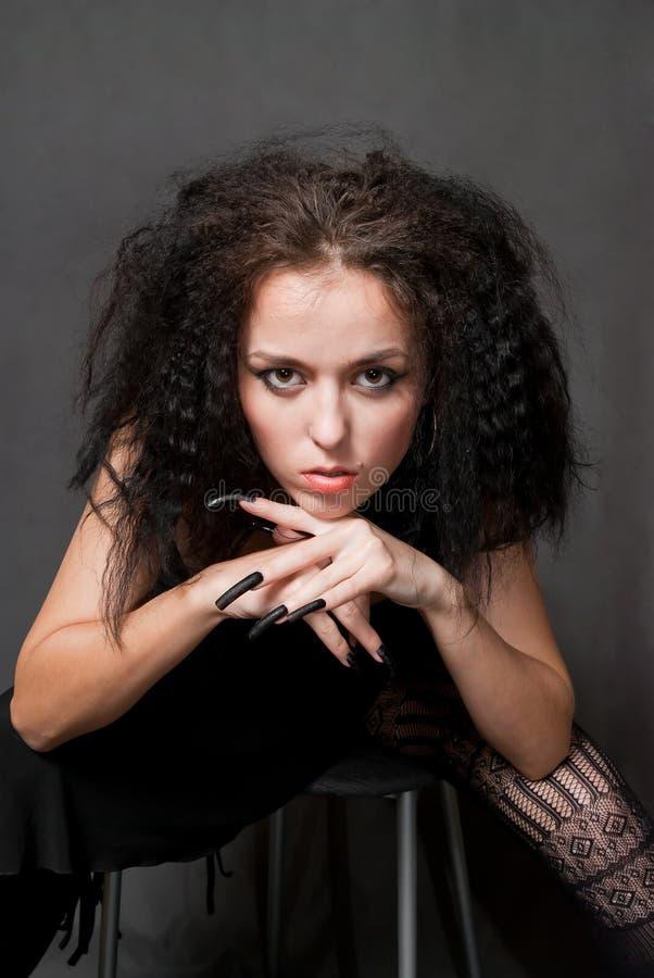 Hexe mit schwarzen Nägeln stockfoto