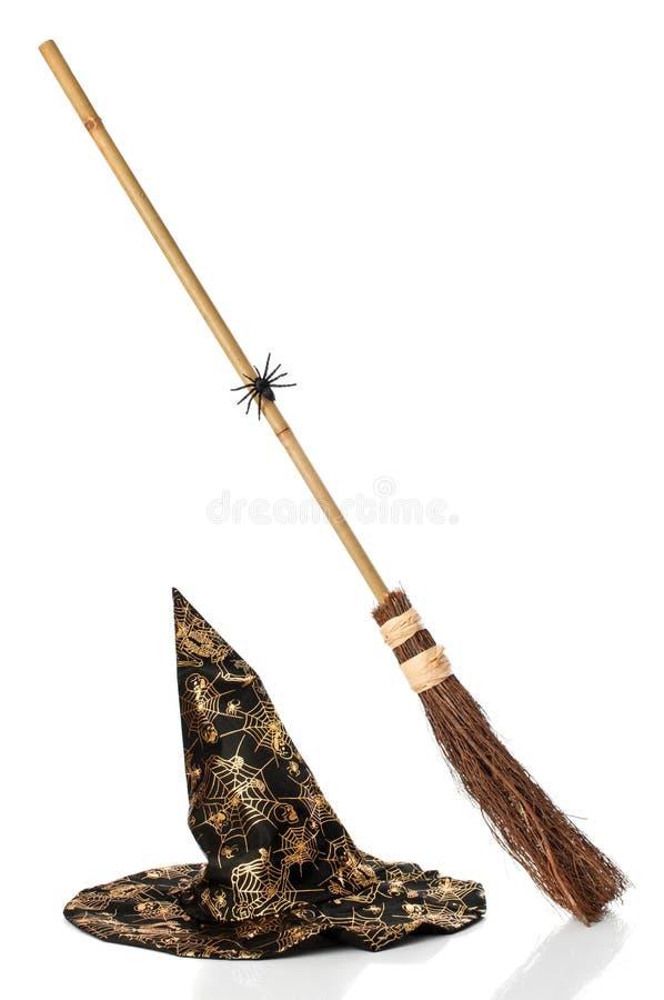Hexen Broomstick u. Hut stockfotos