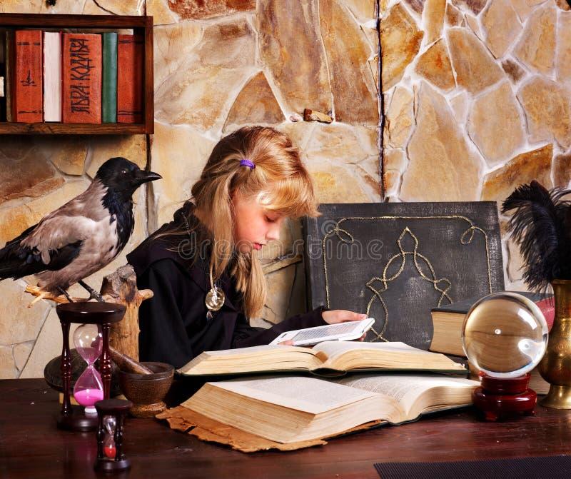 Hexenkind mit Glaskugel. lizenzfreie stockfotografie