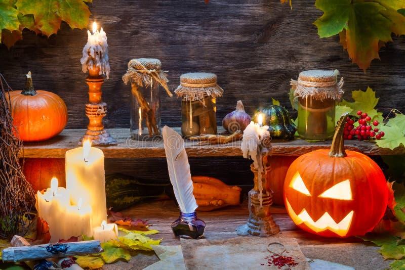 Hexentabelle mit Halloween-Kürbis stockfoto