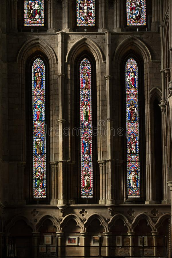 Hexham, le Northumberland, Royaume-Uni, le 9 mai 2016, fen?tre en verre teint? ? l'abbaye historique de Hexham images stock