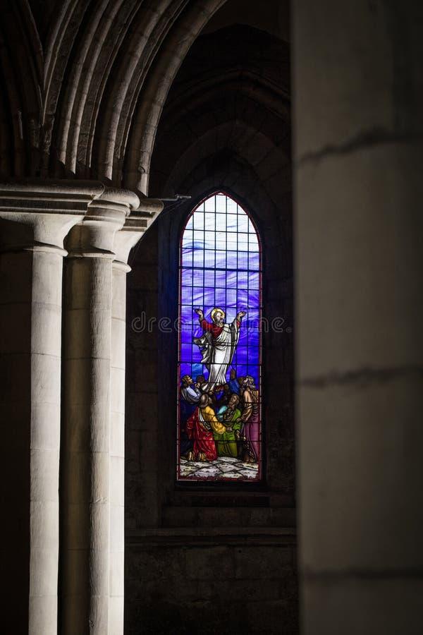 Hexham Northumberland, F?renade kungariket, 9th Maj 2016, m?lat glassf?nster p? den historiska Hexham abbotskloster arkivfoto