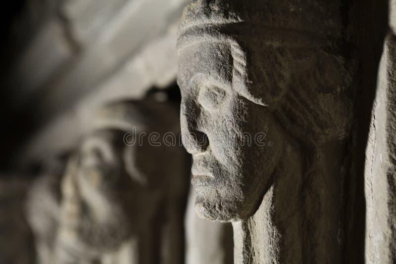 Hexham, Northumberland, Reino Unido, el 9 de mayo de 2016, cabeza de piedra tallada en la abad?a de Hexham imagenes de archivo