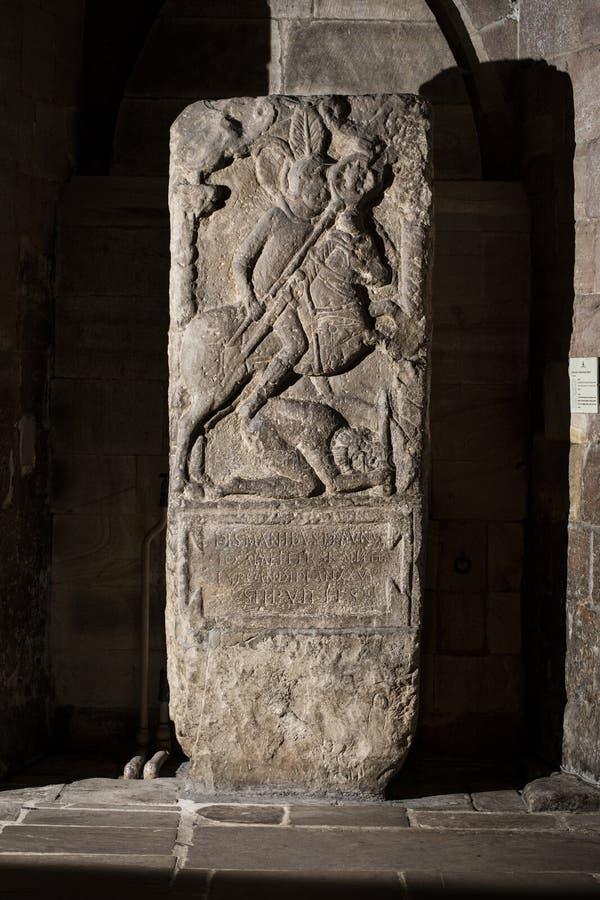 Hexham, Northumberland, Reino Unido, el 9 de mayo de 2016, una piedra sepulcral romana en la abadía de Hexham fotos de archivo libres de regalías
