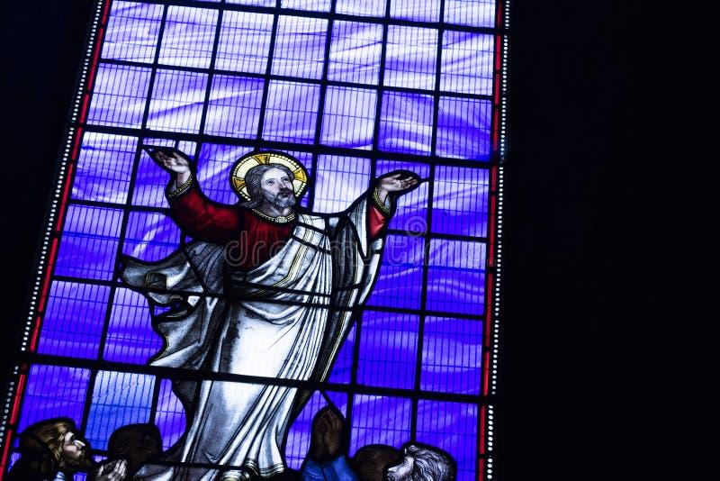 Hexham, Northumberland, Vereinigtes K?nigreich am 9. Mai 2016 ein Buntglasfenster an Hexham-Abtei lizenzfreies stockbild