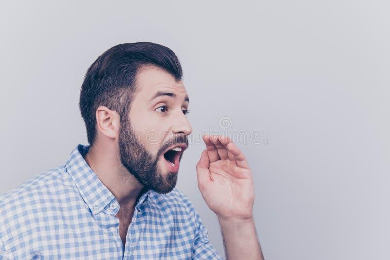 Hey! Ακούστε εδώ! Νέος γενειοφόρος brunet στο επίσημο ελεγμένο πουκάμισο στοκ φωτογραφία