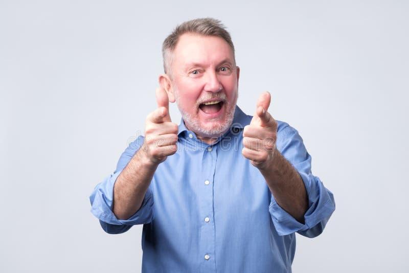 Hey εσείς έννοια ευτυχές ανώτερο άτομο που δείχνει σε σας στοκ φωτογραφία με δικαίωμα ελεύθερης χρήσης