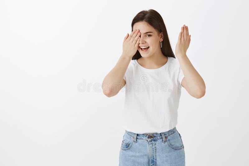 Hey, πόσο καιρό εάν περίμενα Πορτρέτο της εύθυμης ελκυστικής καυκάσιας γυναίκας στη μοντέρνη αστική εξάρτηση, που καλύπτει ένα μά στοκ φωτογραφία με δικαίωμα ελεύθερης χρήσης