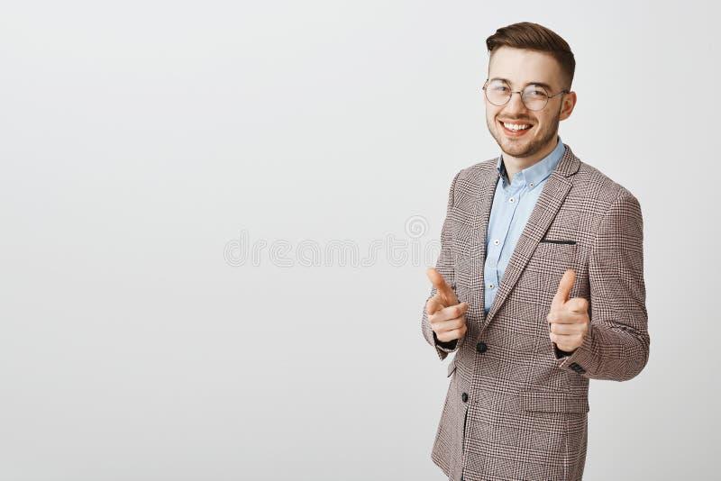 Hey aardige baan Modieuze gelukkige en tevreden Kaukasische zakenman met modieus kapsel en varkenshaar in transparante glazen royalty-vrije stock fotografie