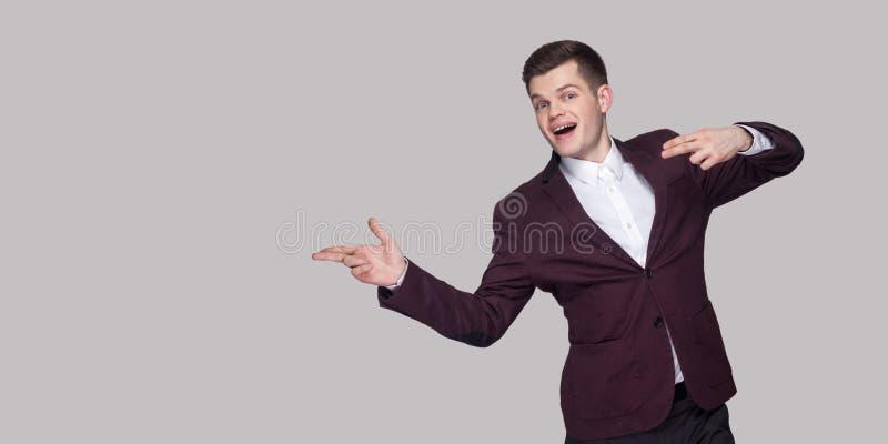 Hey bekijkt dit Portret van de knappe grappige jonge mens in kostuum a royalty-vrije stock foto's