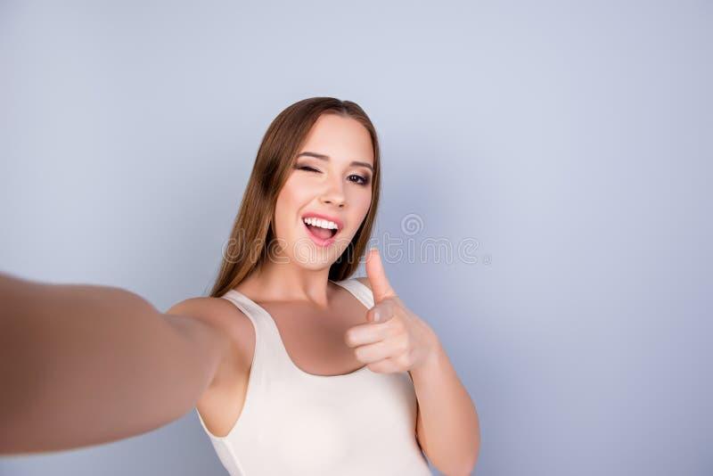 Hey daar! Funky vrij jonge meisje maakt selfie op een camera royalty-vrije stock afbeelding