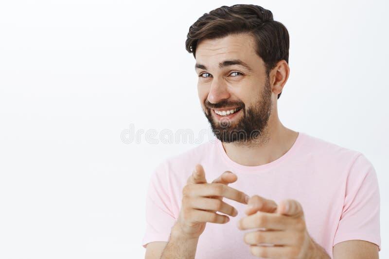 Hey eu obtive-o Amigável-olhando o homem carismático europeu com a barba que gerencie em apontar de sorriso da câmera na câmera c foto de stock royalty free