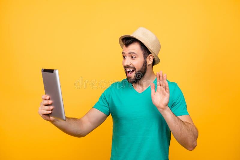 Hey hoe u bent! Leuke gelukkige opgewekte blije vrolijke kerel in casua stock afbeeldingen