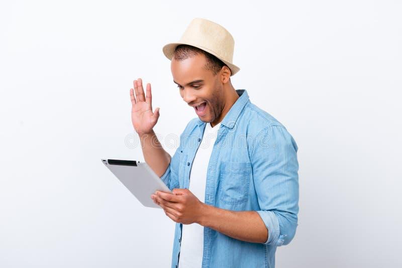 Hey lá! O indivíduo afro-americano alegre novo está acenando in camera imagem de stock royalty free