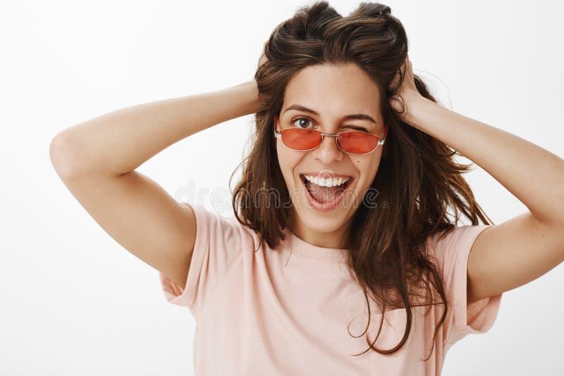 Hey olhar na parte positiva Retrato de pisc fêmea euroepan à moda e seguro de encantamento alegremente na câmera tão fotos de stock