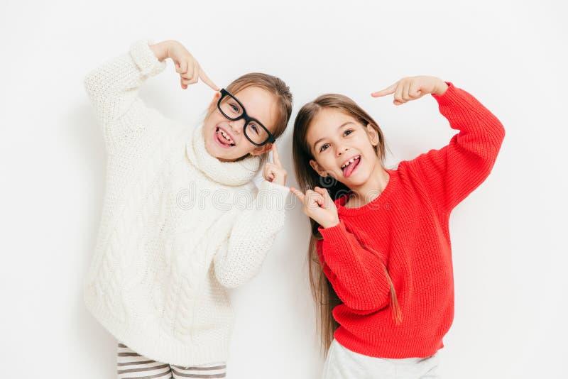 Hey, olhe-nos, nós estão fresco! Crianças fêmeas pequenas felizes na guerra imagens de stock