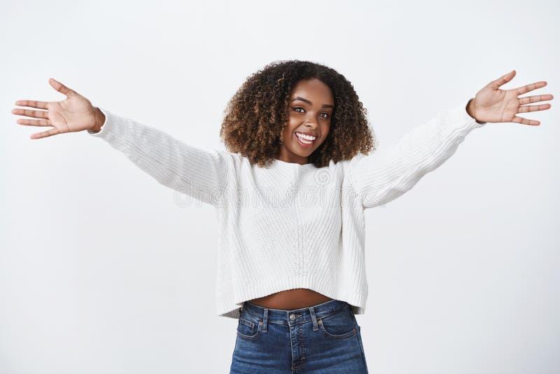 Hey piacevole vedivi L'allungamento afroamericano sveglio uscente amichevole incantante della ragazza ha sollevato le mani vuole  fotografia stock libera da diritti
