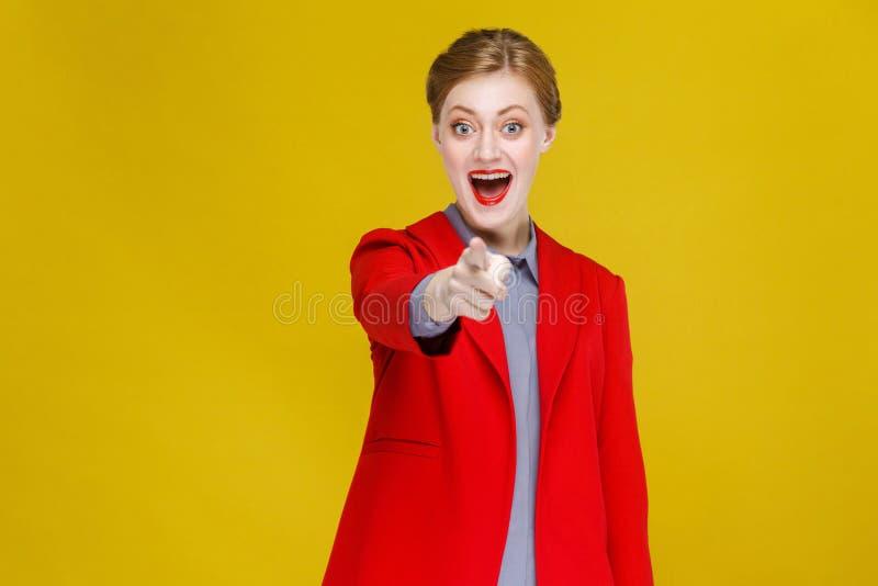 Hey u! geluk bedrijfsvrouw die vinger richten op camera royalty-vrije stock fotografie