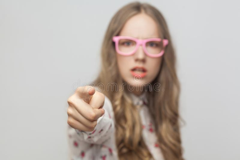 Hey u! Geschokt jong meisje, die vinger richten op camera stock fotografie