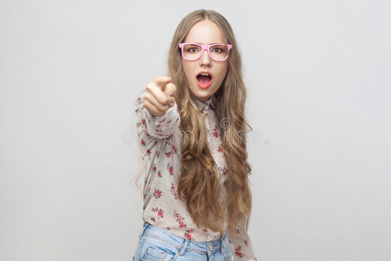 Hey u! Geschokt jong meisje, die vinger richten op camera en open stock foto