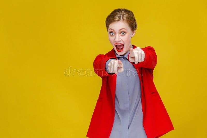 Hey u! Kaukasische bedrijfsvrouw die vinger richten op camera stock fotografie