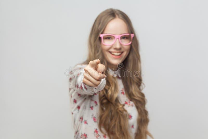 Hey u! U koelt! Tienermeisje, die vinger richten op camera en t royalty-vrije stock afbeeldingen