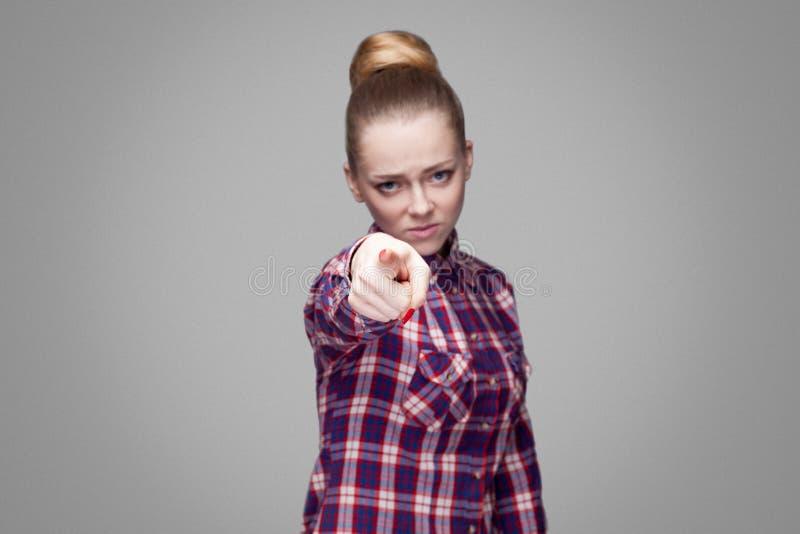 Hey u! mooi blondemeisje in roze geruit overhemd, collecte stock foto's