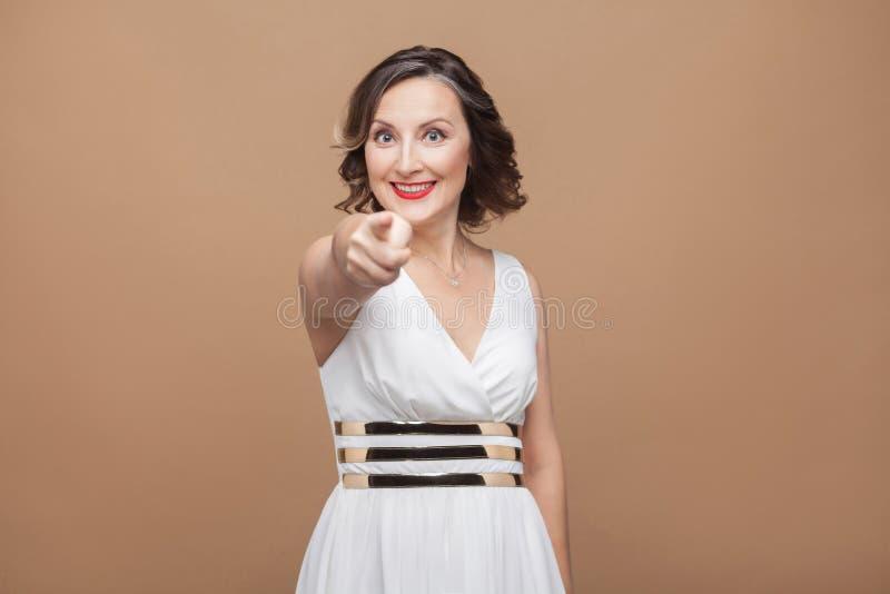 Hey u! Mooie volwassen vrouw die vinger richten op camera stock fotografie