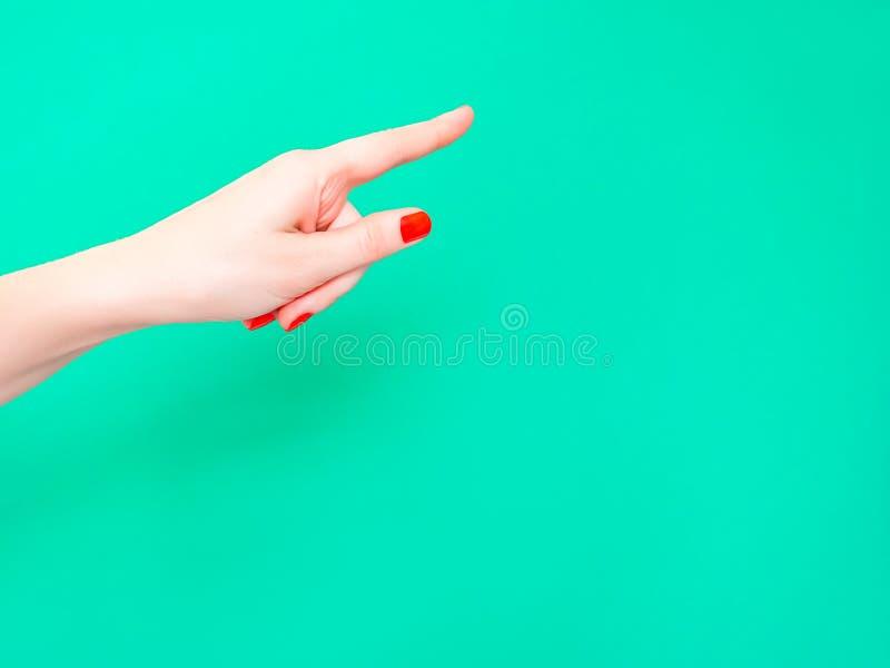 Hey u overhandigt Teken bekijkt Dit Teken Het vrouwelijke handvinger richten geïsoleerd op heldere turkooise achtergrond stock fotografie