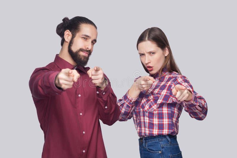 Hey u Portret van de ernstige gebaarde mens en vrouw in toevallig varkenskot royalty-vrije stock afbeeldingen