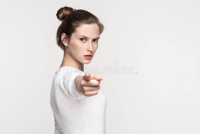 Hey u! Sproetenvrouw die vinger richten op camera stock afbeelding