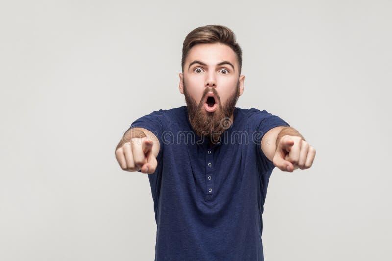 Hey u! Verbazing gebaarde mens die vingers richten op camera stock foto's
