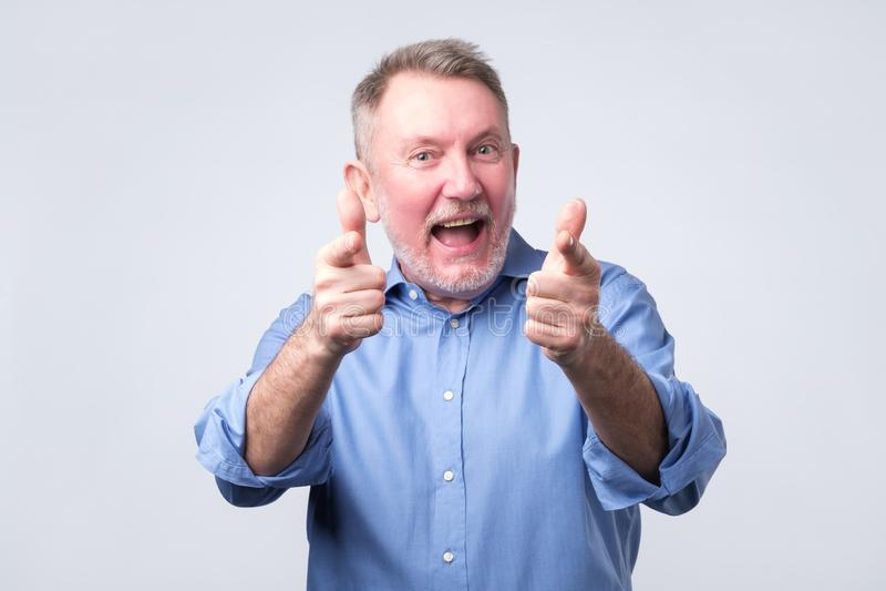 Hey você conceito homem superior feliz que aponta em você fotografia de stock royalty free