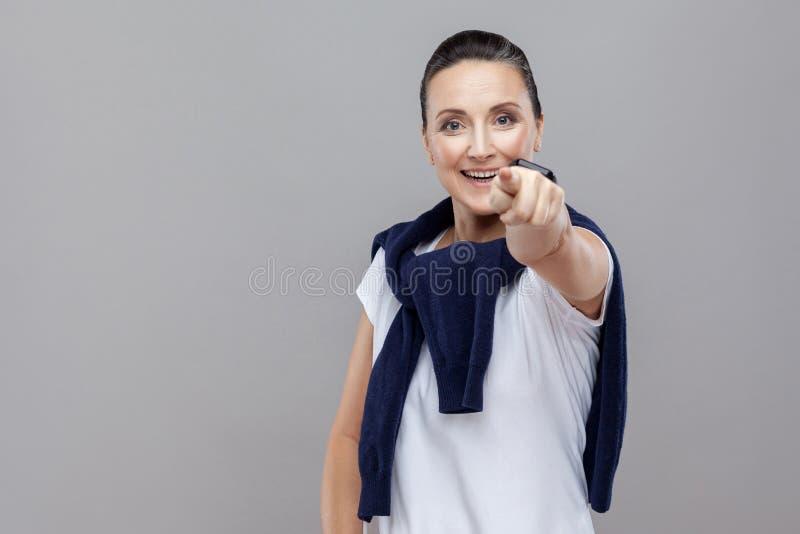 Hey você! Mulher bonita com calças de ganga e camiseta em seu shou imagens de stock royalty free