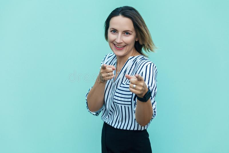 Hey você! Mulher de negócio sensual, apontando o dedo e olhando imagem de stock royalty free