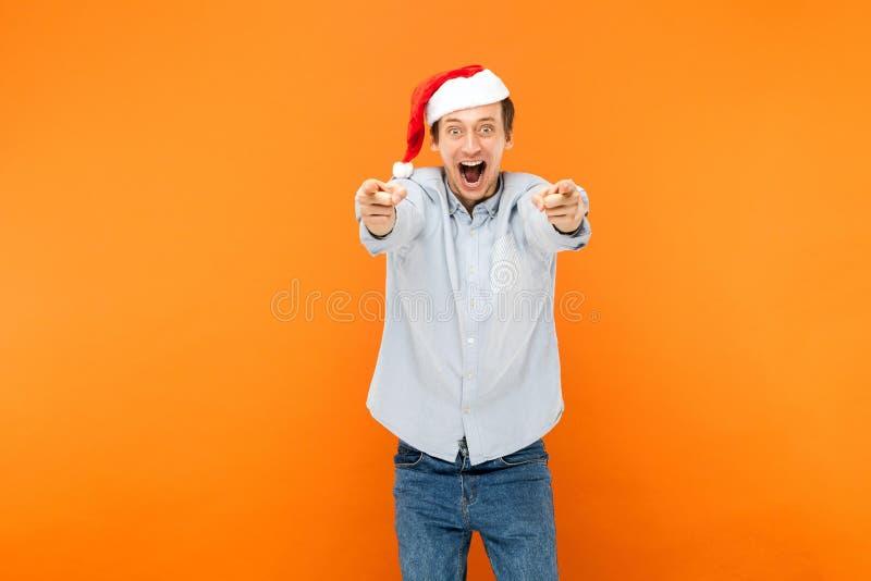 Hey você! O ano novo está vindo! Homem atrativo que aponta o dedo em c imagem de stock royalty free