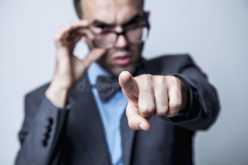 Hey você! Retrato de um homem de negócios que aponta em você Langu do corpo fotos de stock royalty free
