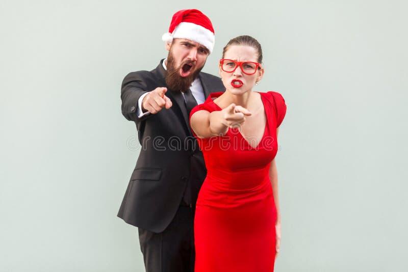 Hey você Seriamente homem de negócios e mulher que olham a câmera, poin imagens de stock