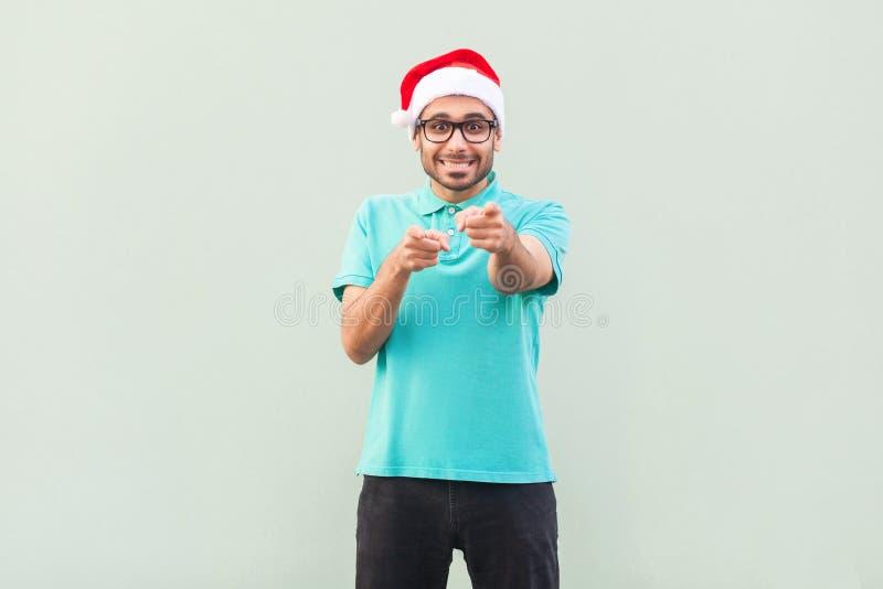 Hey você! Seu homem do Natal! Homem farpado no chapéu e nos vidros de Santa imagens de stock royalty free