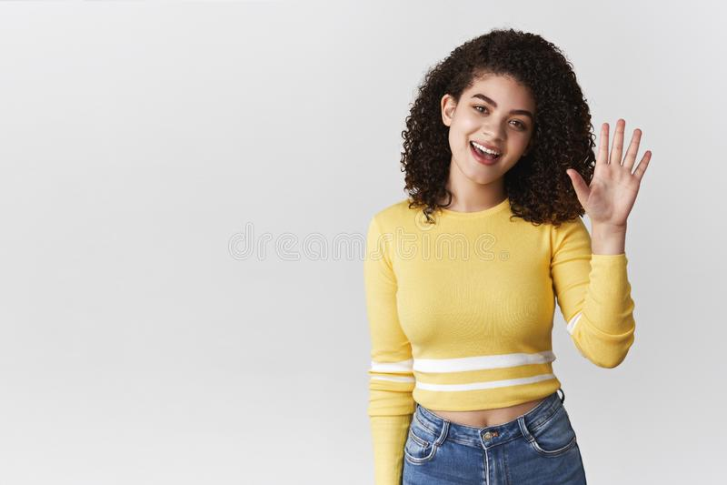 Hey wat omhoog Vriendschappelijk-kijkend uitgaand aantrekkelijk meisjes krullend-haired dragend modieus bebouwd hoogste overhelle stock foto's