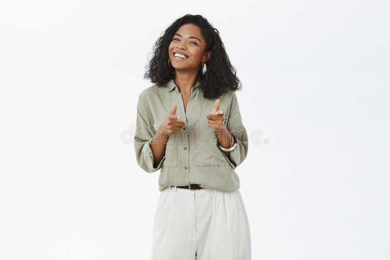 Hey wil aan me werken Portret van charismatisch vriendschappelijk en vrolijk aantrekkelijk donker-gevild jong wijfje in blouse en royalty-vrije stock afbeelding