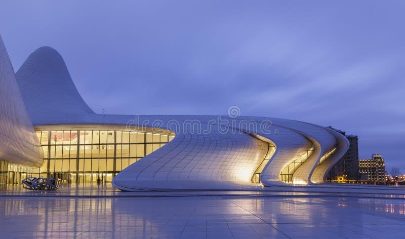 Heydar Aliyev Center en Baku azerbaijan imagenes de archivo