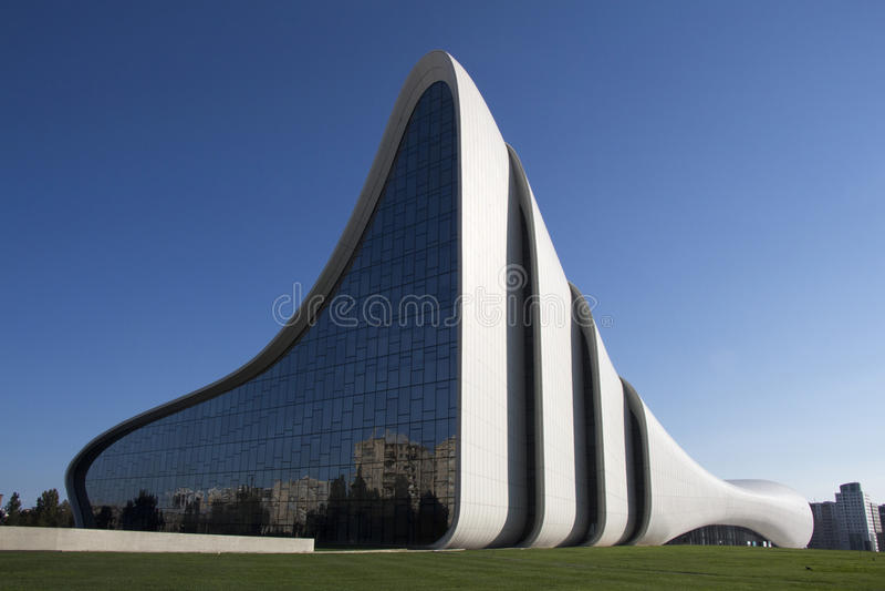 Heydar Aliyev Center o 18 de setembro de 2016 em Baku, Azerbaijão foto de stock royalty free