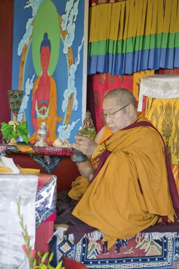 HH Penor Rinpoche, θιβετιανός-γεννημένος ανώτατος επικεφαλής του βουδισμού Nyingmapa, προεδρεύει πέρα από την ενδυνάμωση Amitabha στοκ φωτογραφία