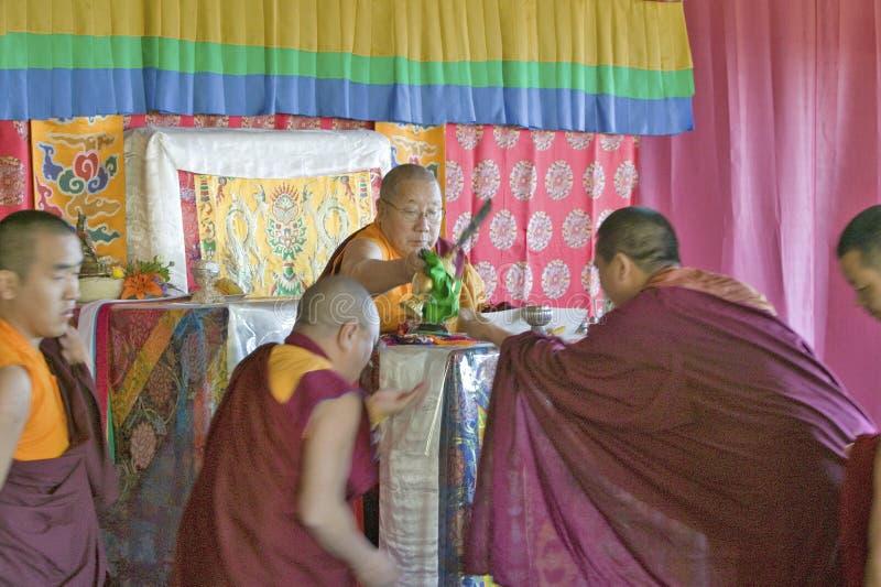 HH Penor Rinpoche, testa suprema Tibetano-nata di buddismo di Nyingmapa, consegna l'autorizzazione di Amitabha ai monaci buddisti fotografie stock libere da diritti