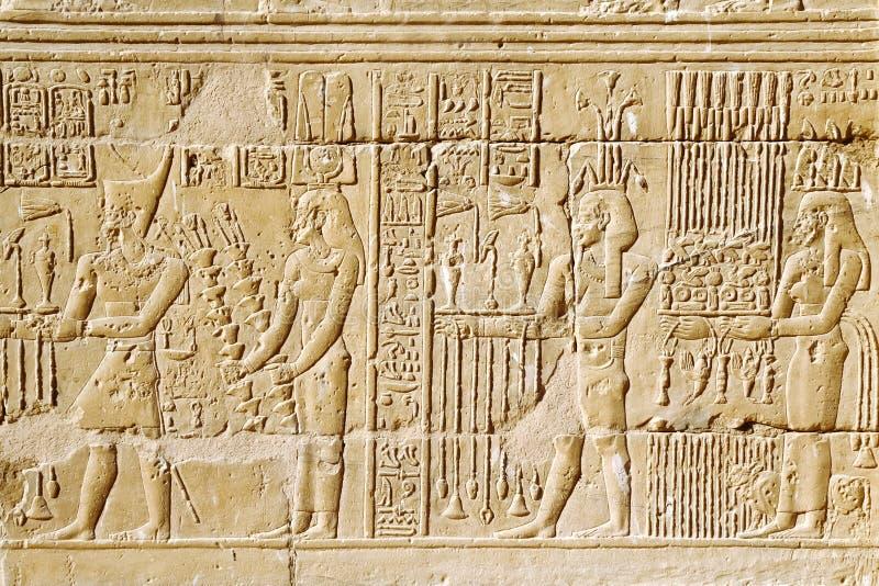 hiéroglyphe égyptien Découpages hiéroglyphiques sur un mur photo stock