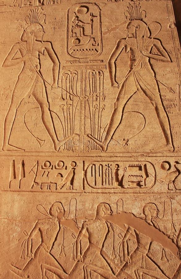 Hiéroglyphes antiques sur le mur du grand temple d'Abu Simbel, photo stock