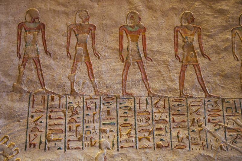 Hiéroglyphes colorés dans la tombe de Ramesses VII avec les figures peintes photos stock